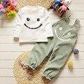 2017 Nueva Primavera Bebé Sonriente Correa Ropa Conjuntos Traje de Bebé Recién Nacido de Manga Larga de la Camiseta + Suspender Pantalones de Ocio Deportes