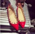 Международные Бренды 2016 Квартир Женщин Острым Носом Заклепки Дышащий Pu Кожа Мелкая Рот Одиночные Рабочая Обувь Женщины На Продажу