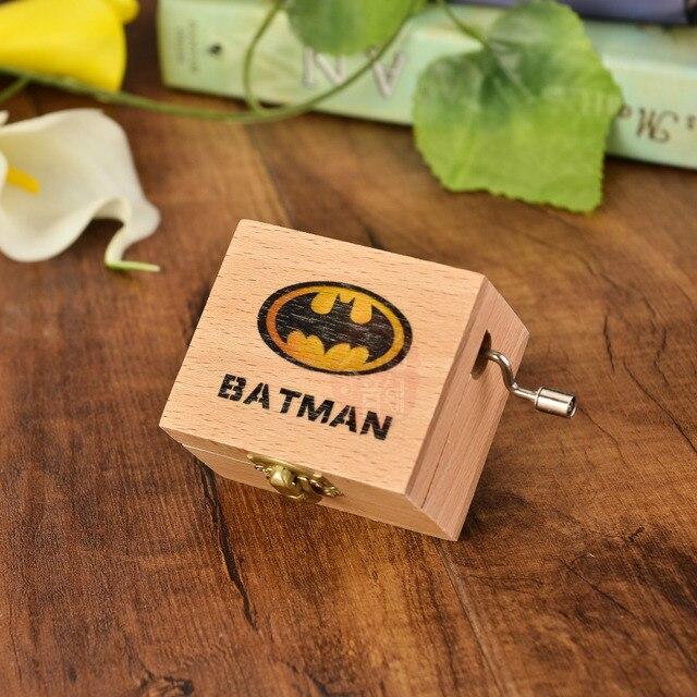 Anonimato Los Vengadores Batman Mano De Madera Crank Superman Caja