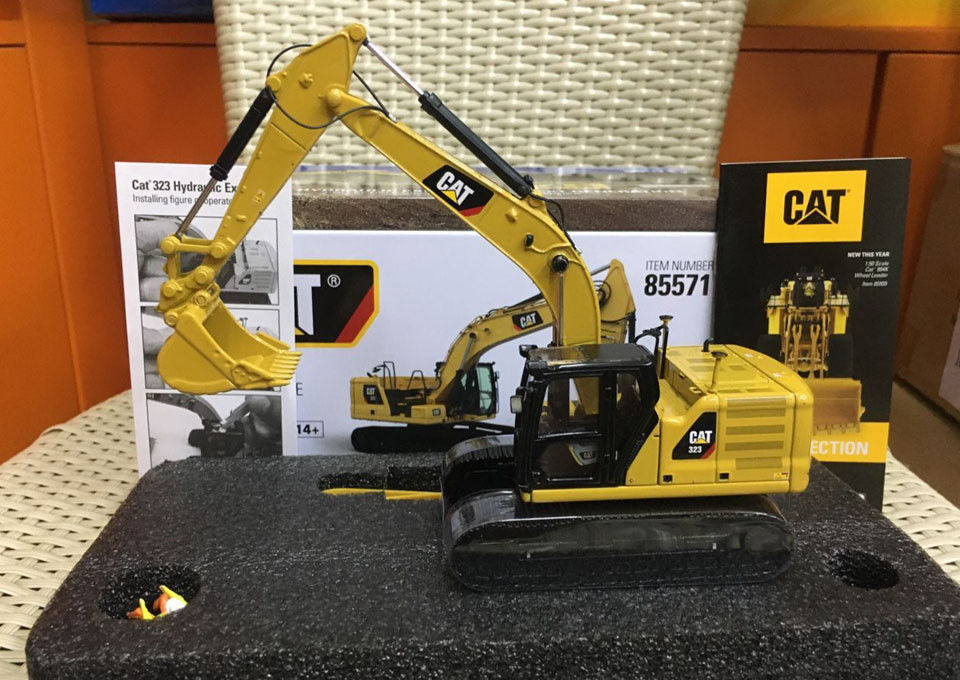 New DM 1:50 Caterpillar Cat 323 Hydraulic Excavator Engineering Machinery DieCast Toy Model 85571 For Collection,Decoration