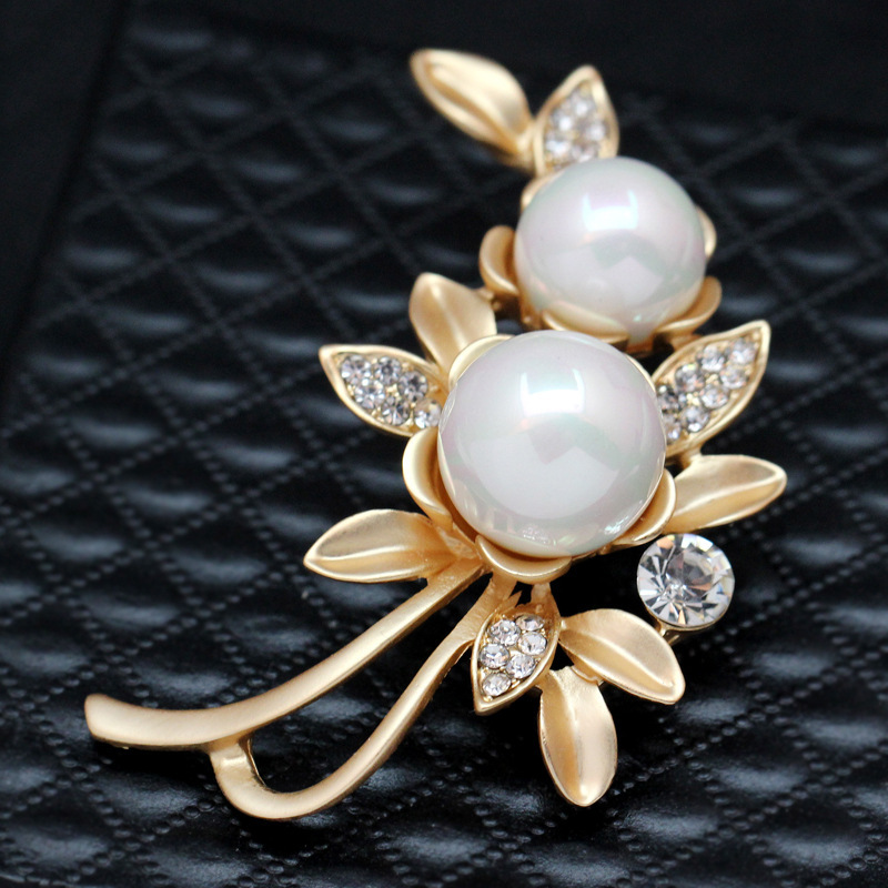 Fashion Gold-color Vintage Flower Rhinestone Pins And Brooches For Women  Wedding Simulated Pearl Jewelry pin up dress eb1c2b7d370e