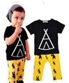 Sistemas de la ropa del verano de la historieta geométrica camiseta + amarillo pantalones monstruo 2 unids ropa del bebé 2016 ropa de la historieta juego para el muchacho