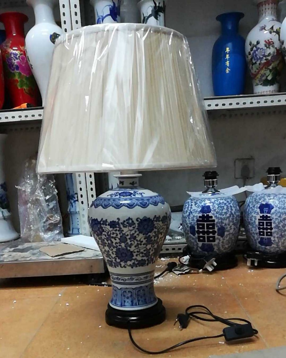 Traditional chinese style antique blue and white ceramic table lamp for bedside chinese jingdezhen blue and white porcelain flower pattern table lamps retro warm cloth lamp for bedroom