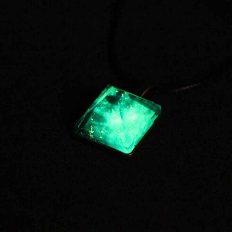คุณภาพสูงเรืองแสงคริสตัล Glow ในจี้พีระมิดด้านนอก Space Star Dust สร้อยคอสามเหลี่ยมเรขาคณิต Magic สร้อยคอ