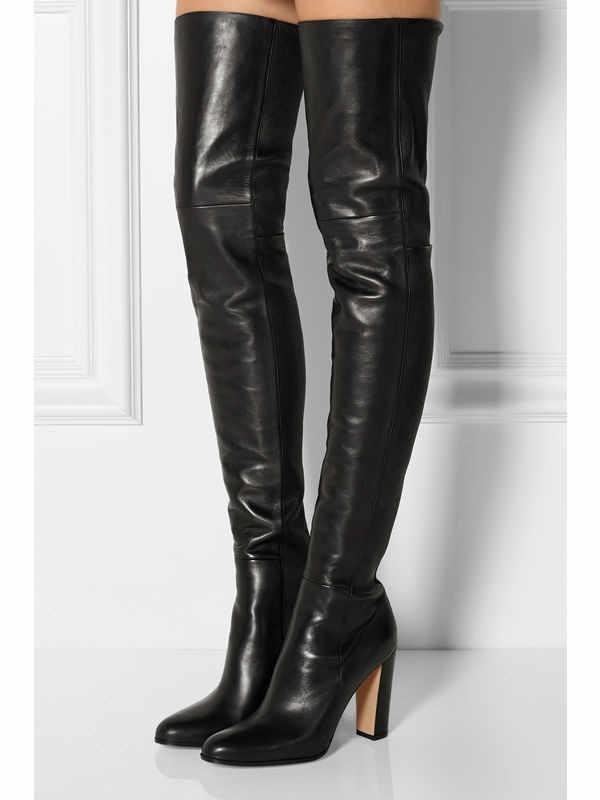 Classico nero sopra gli stivali al ginocchio di inverno