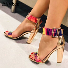 Eilyken אופנה פטנט עור נשים אבזם רצועת סנדלי קיץ עקבים גבוהים ציוץ בוהן נעלי גבירותיי שמנמן עקבים 10.5CM נעליים