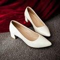 Nuevos 2017 zapatos de las mujeres rojo negro medio heel punta estrecha vestido de las mujeres zapatos de tacón bajo trozo de cuero de tacón zapatos de novia