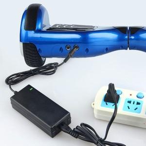Image 2 - Cargador de batería Universal de 42V y 2A para Hoverboard, rueda de equilibrio inteligente, adaptador de cargador para Scooter Eléctrico de 36v, enchufe europeo/estadounidense