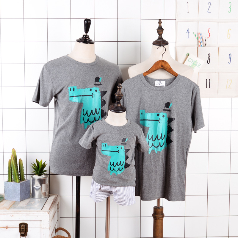 NEW FASHION Brief Sleeve T Shirts Household Matching Outfits Crocodile Print Household Look Clothes Mother and father & Children O-NECK Tees Tops Matching Household Outfits, Low cost Matching Household...
