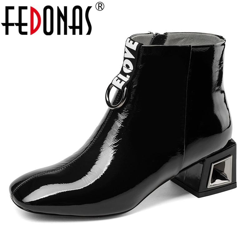 Ayakk.'ten Ayak Bileği Çizmeler'de FEDONAS Marka Patent Deri Kadın yarım çizmeler Yüksek Topuklu Metal Dekorasyon Parti Düğün Ayakkabı Kadın Kare Ayak Ofis Pompaları'da  Grup 1