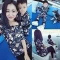Nueva flor impresa vestidos madre hija a juego del bebé sistema del muchacho hijo y el padre hoodies de la familia ropa a juego estilo de moda