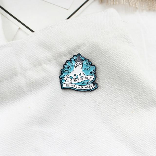 Nouveau blanc féroce requin broche requin Surf océan bleu blanc ruban Badge broche enfant mignon Animal broche cadeau