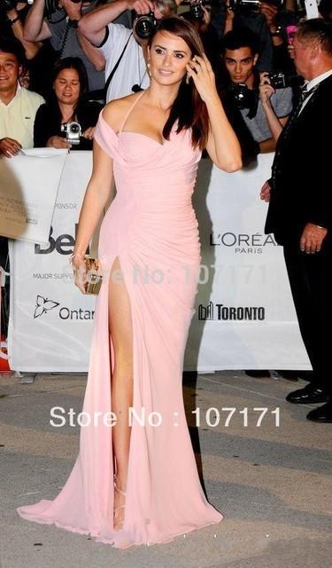 Penélope Cruz cabestro fuera del hombro de la envoltura delantero de Split Ruffle gasa rosa Celebrity Dress Red Carpet Dress vestido de noche