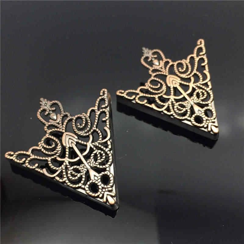 1 par Da Coroa Do Vintage Padrão Oco Triangle Shirt Collar Pin Broche emparelhado os ícones para os Homens Canto Emblema Acessórios Jóias