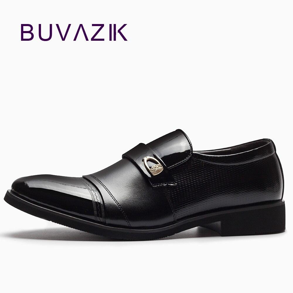 2018 Homem Sapatos Microfibra Preto Brilhante Dos Homens Apontou Toe de  Couro Formal Dos Homens Do Casamento Vestido de Negócios Oxford Sapatos  Derby 430259b773e2e