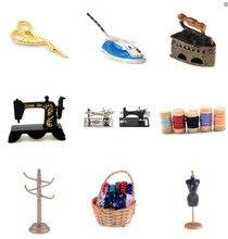 Bonito 1/12 escala dollhouse ferramentas de costura em miniatura máquina de costura de madeira fita tesoura rack prateleira roupas móveis brinquedos