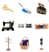 Carino 1/12 Dollhouse della scala Miniatura Strumenti Per Cucire Macchina Da Cucire In Legno Nastro Forbici Scaffale Rack di Vestiti Mobili Giocattolo