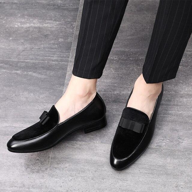 2018 สุภาพบุรุษ Bowknot ชุดแต่งงานชายแฟลตลื่นบนรองเท้าสีดำสิทธิบัตรหนังสีแดงหนังนิ่มรองเท้า