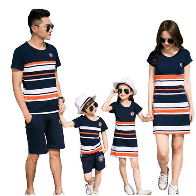 Familie matchende klær far mor gutt og jente