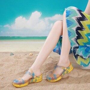 Image 4 - 夏の女性のミュール下駄ビーチ通気性メアリージェーンズスリッパベビー女性のサンダルゼリーの靴のためのかわいいプリント庭の靴女性