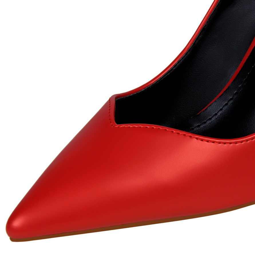 ผู้หญิงปั๊มหนาสบายส้นสูง 8 ซม.หนังอารมณ์ตื้นปากชี้ hollow out single รองเท้าผู้หญิง