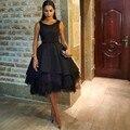 2017 Vestidos de La Celebridad Negro Satén de la Cucharada de Apliques de Perlas Prom Vestidos con Espalda Abierta Ruffles Longitud de La Rodilla Vestidos de la Alfombra Roja