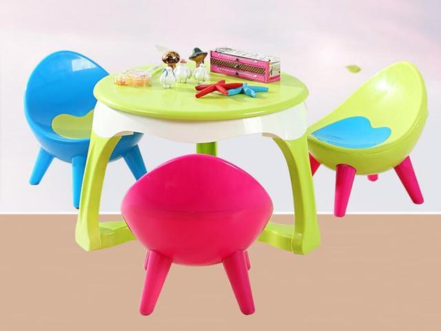 Aufgeregt Kinder Tisch Stuhl Sohn Zurück Stühle Und Tische In