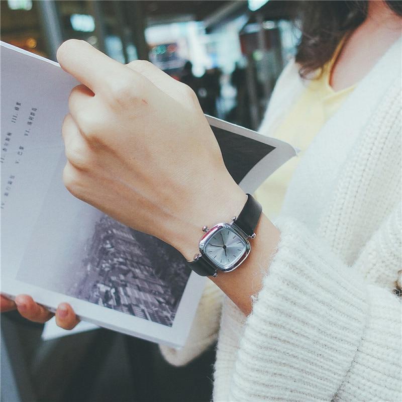 विंटेज लेदर स्क्वायर डायल - महिलाओं की घड़ियों