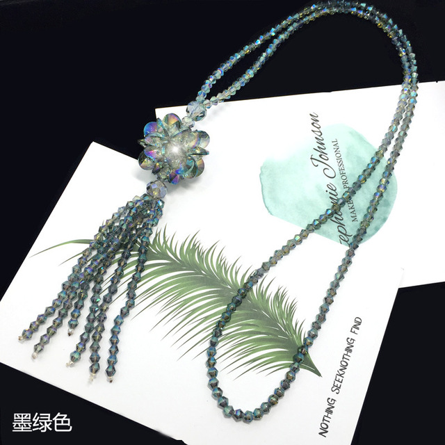 Фото длинное ожерелье с кристаллами женский модный свитер трендовая