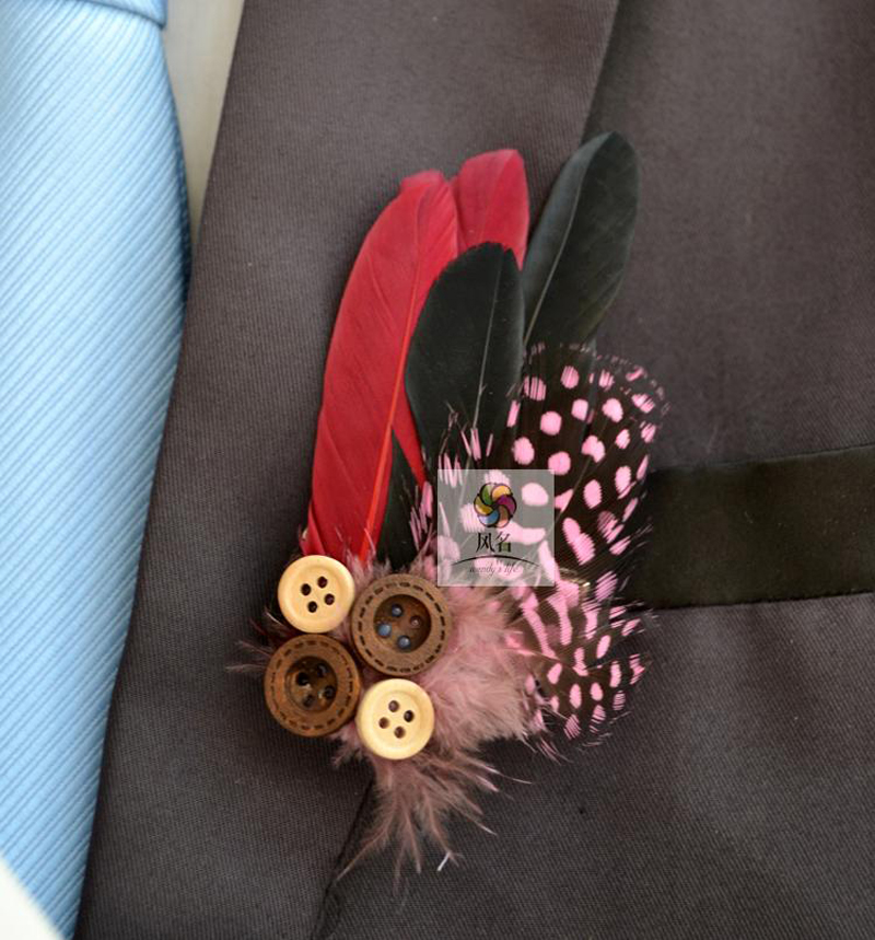 Nouveau 5 pcs lote marié boutonnière garçons d honneur boutonnières plume à  la main boutons de fleurs boule de laine hommes costume Corsage fournitures  de ... e304959a44e