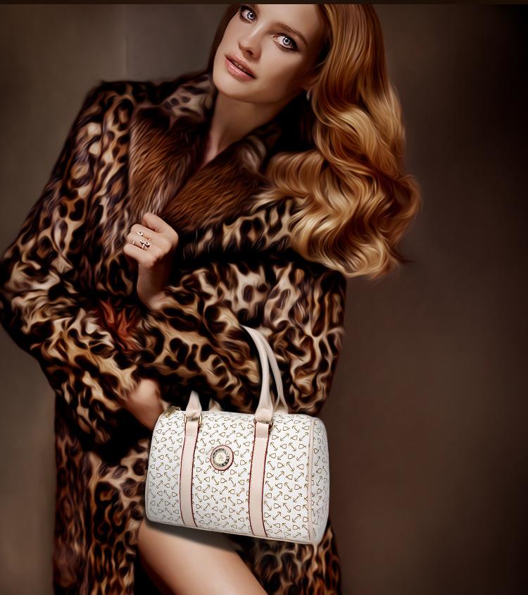 Dm Prime Fênix modelo com a bolsa branca com detalhe bege