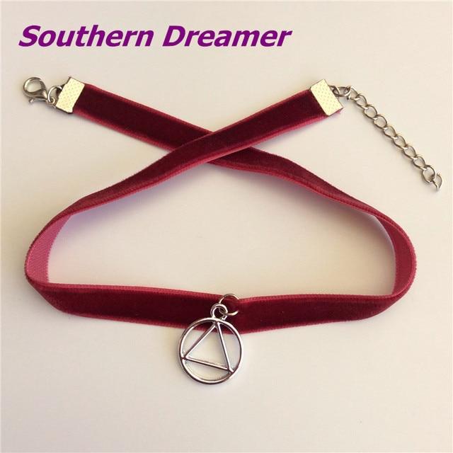 07e11d684112 Moda geométrica metal Amuletos vino Red Velvet chokers Collares triángulo  redondo colgante chokers para mujeres Niñas