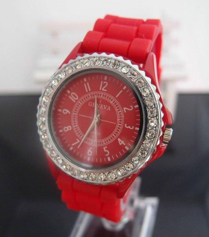 d011dadef15 Aliexpress.com  Compre Venda quente Genebra relógio Marca de Silicone das  senhoras das mulheres Strass Vestido de Quartzo Relógios de Pulso Relogio  feminino ...
