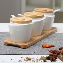 Suministros de cocina condimento cuadro de condimento de tres piezas Europea latas salero conjunto con base de madera de roble y cucharas de cerámica