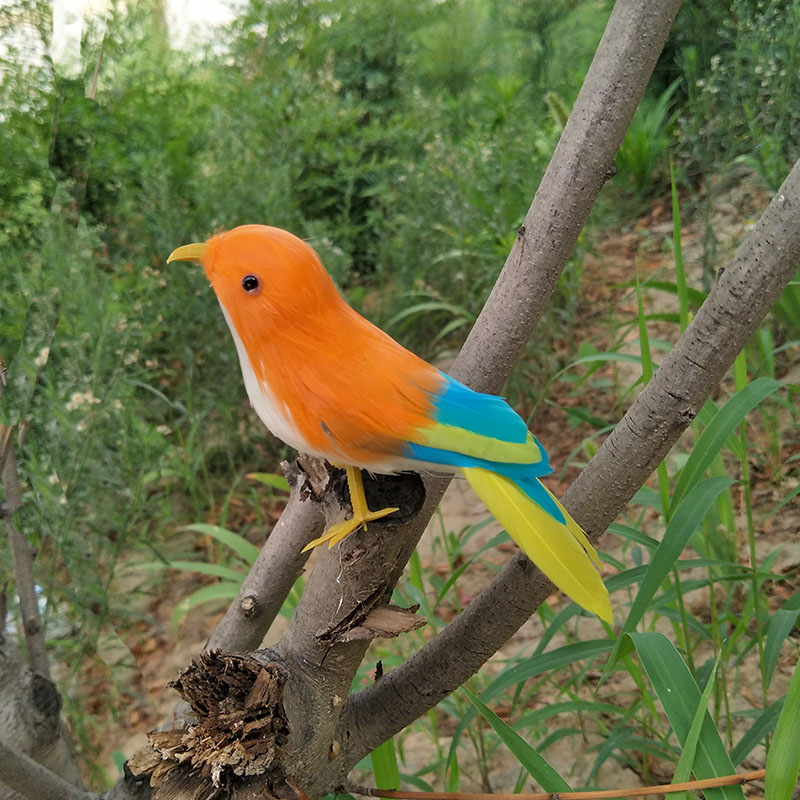 Schiuma artificiale della piuma dell/'uccello di simulazione nel nido