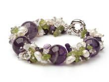 Массивный браслет с фиолетовым кристаллом Перидотом и пресноводным