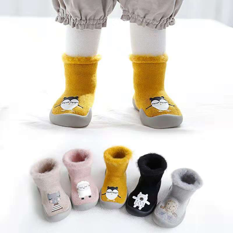 3f1c83b870a5b3 Peúgas do bebê Com Solas De Borracha Dos Desenhos Animados do bebê sapatos  Infantis passos de Bebê Anti-slip Sock crianças Meias Chão Bebê de ...