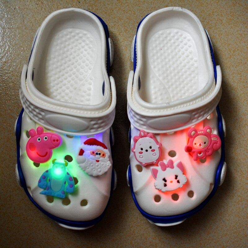 1000 pièces Doux LED Croc Charmes De Bande Dessinée Toutes Sortes Différentes Imprimé Boutons Accessoire Coupe Sandales Trou D'éclairage Ornements De Chaussures - 2
