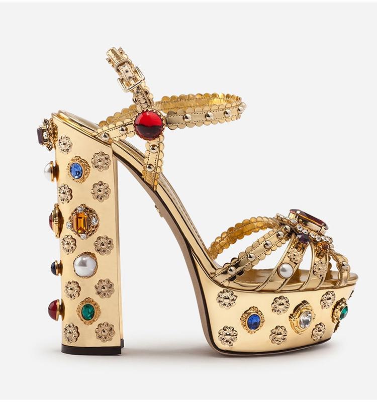 Золото изогнутые кожаный блочный каблук Стразы Украшенные босоножки на высоком каблуке; летняя дизайнерская женская обувь