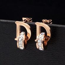 Маленькие и изысканные серьги гвоздики с буквами d кристаллами