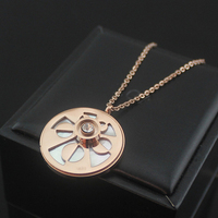 Moda oco flor com um cristal no meio branco shell rodada pingente de rosa cor de ouro colar de aço titanium
