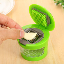 купить Multi-function garlic press Crusher Grinding machine Mini portable manual garlic crusher Kitchen utensils and  accessories по цене 212.33 рублей