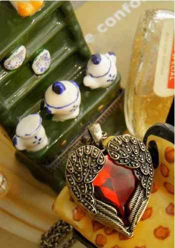 Biżuteria w stylu Vintage europejski i amerykański sąd czerwone kryształowe serce skrzydła długi naszyjnik krótki miłość wisiorek łańcuch sweter