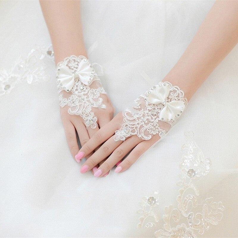 8c79d29256efe Blanc ou Ivoire Mitaines Court Dentelle Perlée Gants De Mariage En Cristal  De Mariée Mariée Gants Accessoires