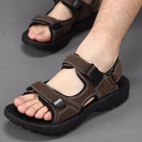 Barato Nuevas sandalias casuales negras de verano para hombre, sandalias planas de playa de alta calidad, zapatillas para hombres, sandalias de sandalias, talla 45 46 47