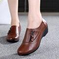 Moda primavera de couro sapatos mãe das mulheres inclinação com sapatos de fundo suave anti-slip confortável médio-tamanho ocasional sapatos 41 42 43