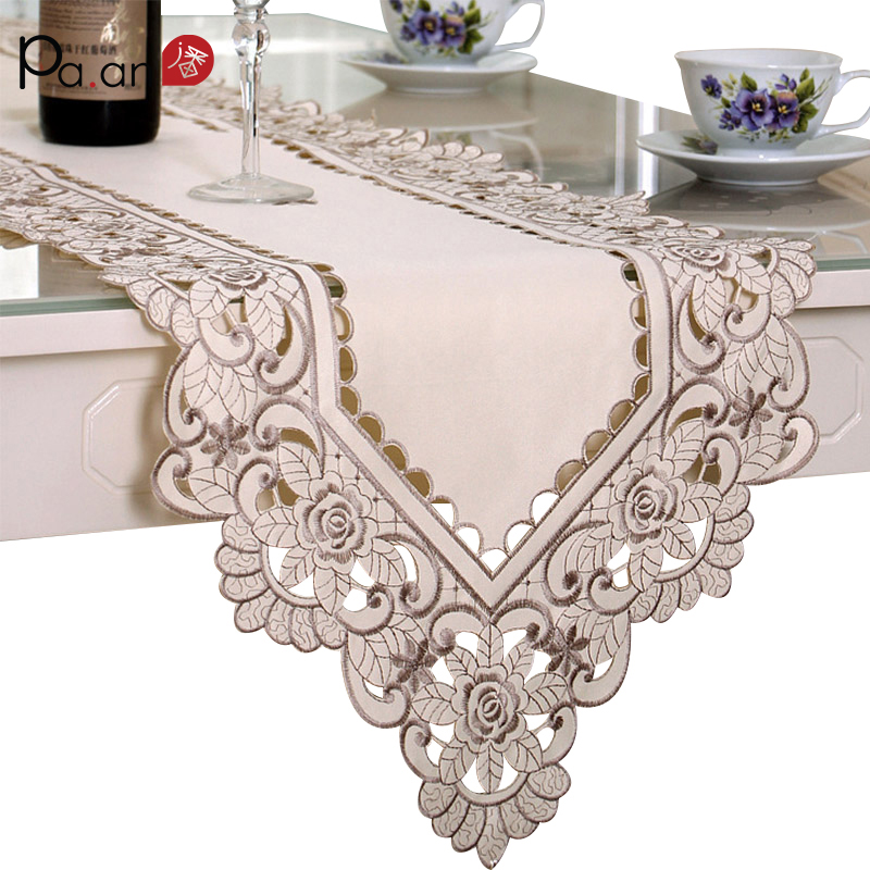 Europe Satin Table Runner Broderade Blomsterbord Cover 40x180 / 200 / 220cm Dammtät Bröllop Dekoration Runners Hem Textil