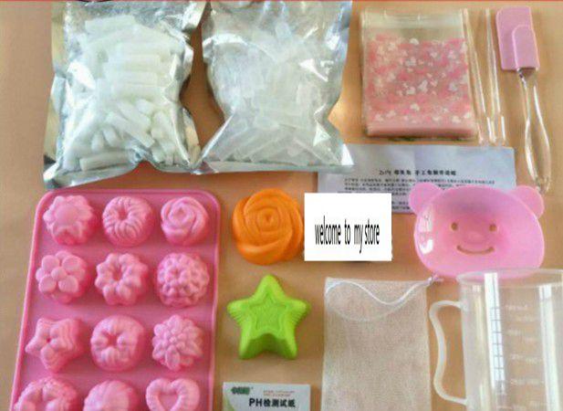 Ensemble de savon fait main bricolage avec des matières premières transparentes et blanches