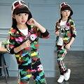 2017 niños calientes de la ropa de dos piezas conjuntos 4-13-year-old girl set de camuflaje de impresión etiquetado deportes juego del ocio con capucha