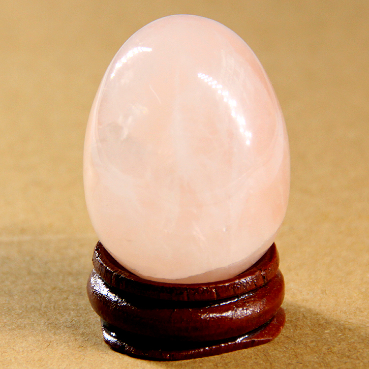 2015 40 * 30 мм розов кварц червен яспис кристал яйца с дървена поставка естествен камък камък чакра изцеление рейки камък резбовани занаяти